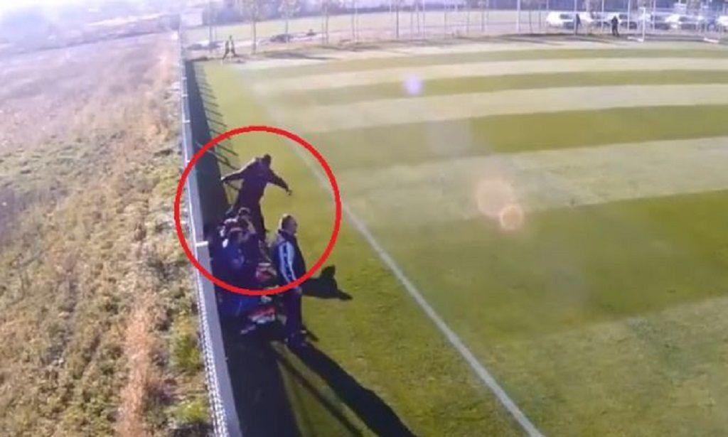 Allenatore picchia ragazzo durante una partita di calcio in Romania