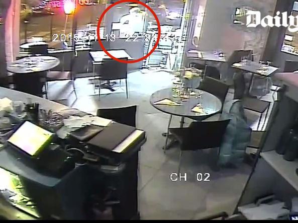 Attentati a Parigi, italiana salva per miracolo: 'Vedevo il terrorista a 20 cm da me'