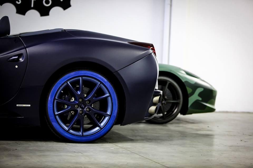 Auto con pneumatici colorati: la nuova creazione di Lapo