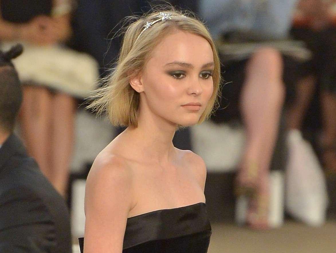 Lily-Rose Depp su Instagram: racconta il terrore di Parigi ma il selfie non piace ai fan