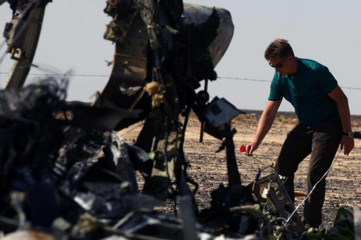 Aereo precipita in Sinai, secondo gli USA è stata una bomba dell'Isis: la Gran Bretagna blocca i voli