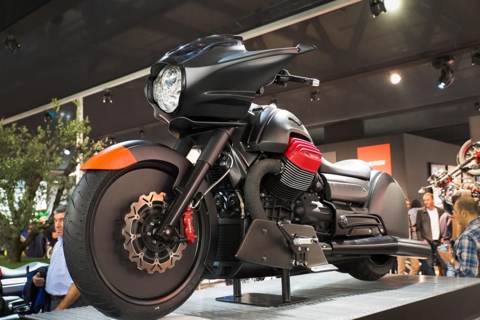 Moto Guzzi MGX: presentata la nuova fortezza volante