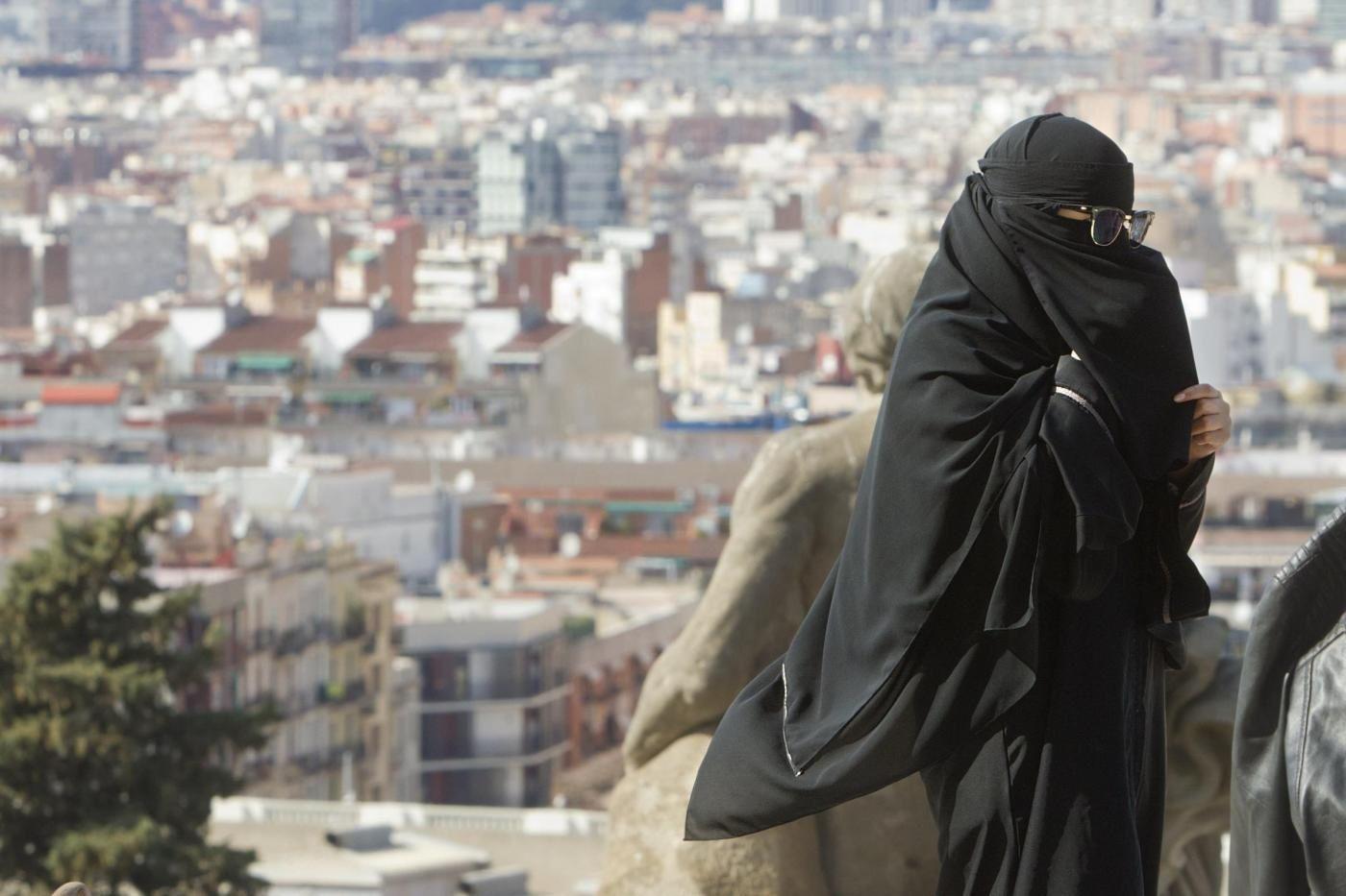 Donna con velo islamico integrale
