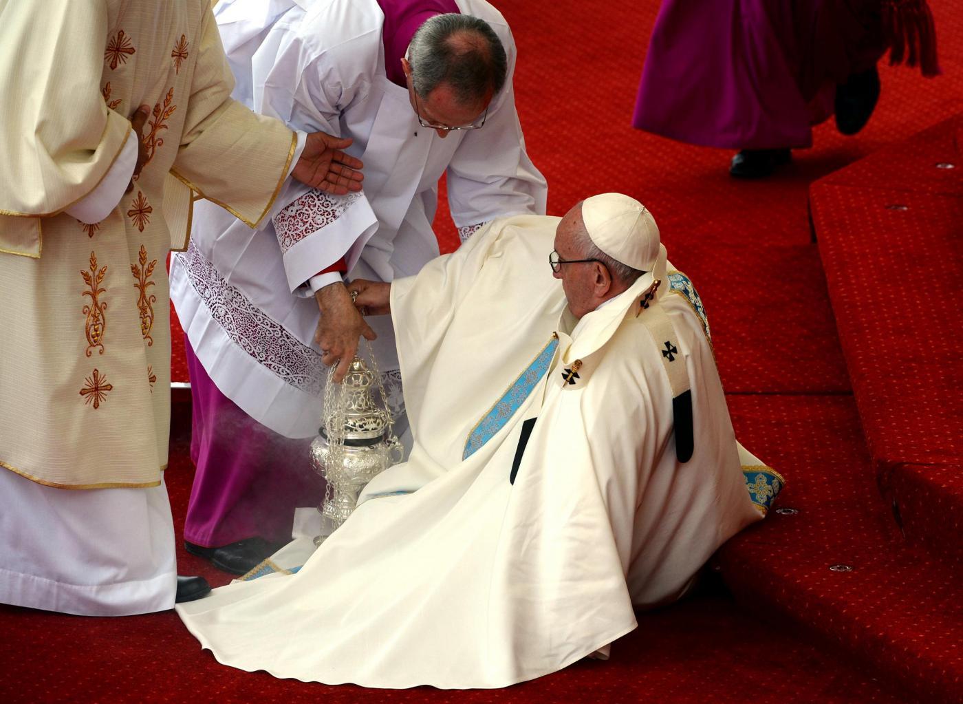 Czestochova, Papa Francesco inciampa e cade
