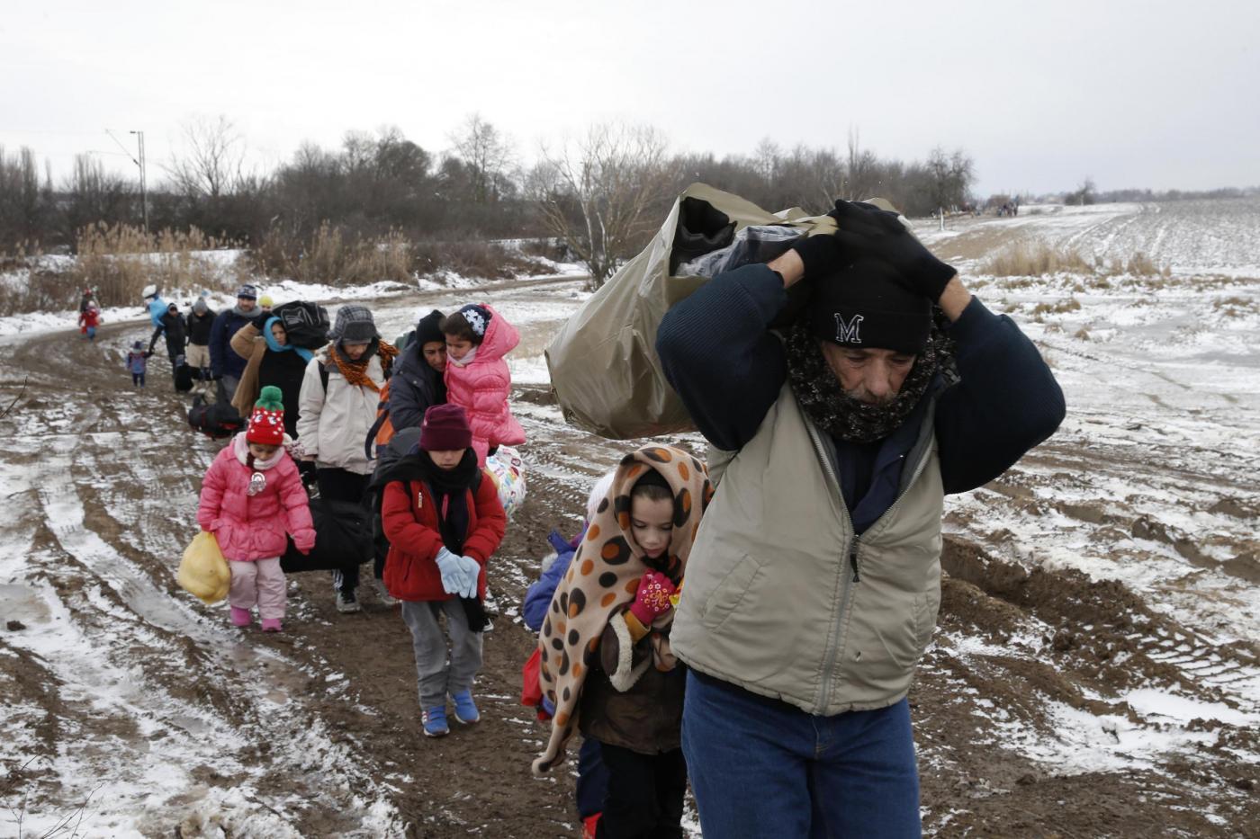 Serbia, migranti attraversano un campo ghiacciato vicino al villaggio di Miratovac