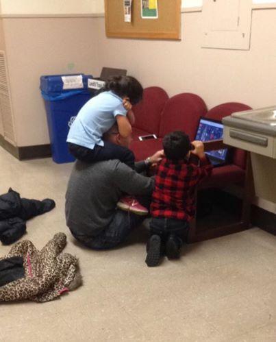 Lei dà l'esame e il prof fa da baby sitter ai suoi figli: la foto diventa virale