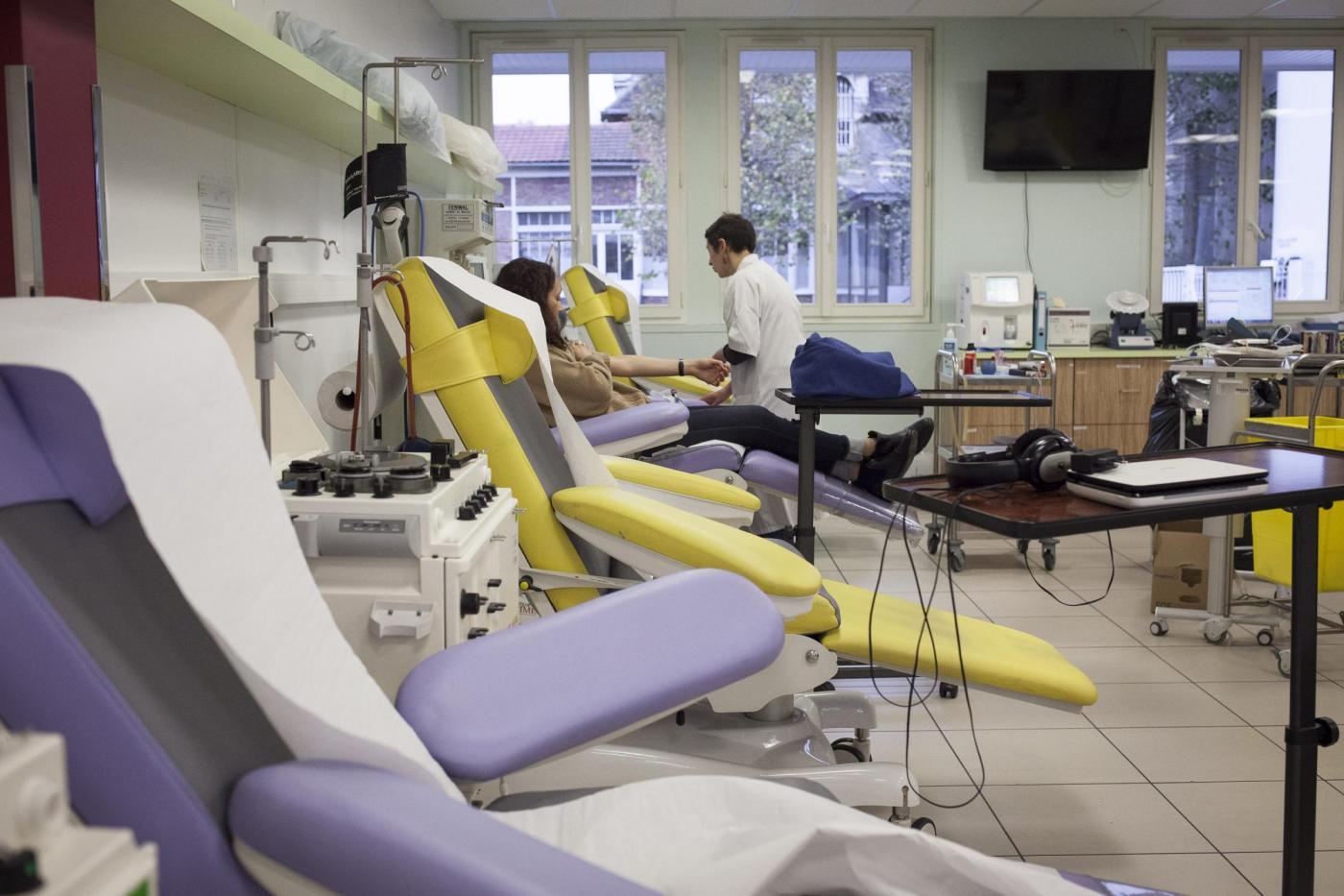 Decine di cittadini donano sangue per feriti dopo attacchi a Parigi