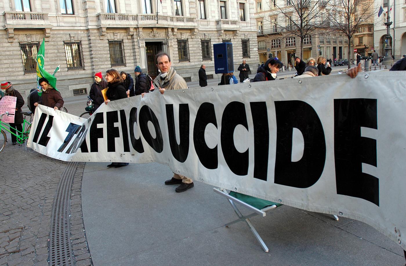 Smog a Milano, blocco auto per 3 giorni: anche Roma pronta allo stop