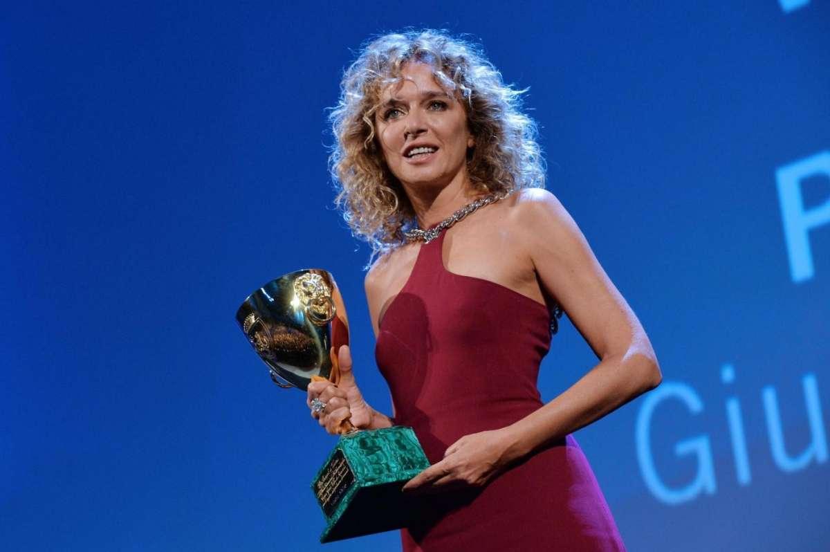 Valeria Golino: 'Io e Riccardo Scamarcio stiamo insieme ma non mi piace dire che ci amiamo'