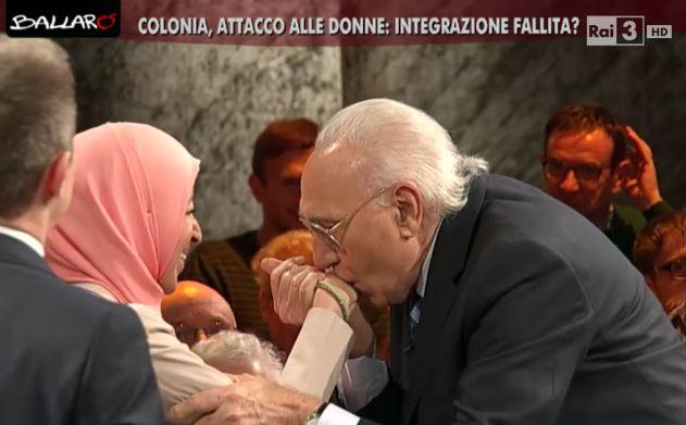 Pippo Baudo a Ballarò e il bacio alla donna musulmana: 'Voglio integrare', ma lei rifiuta