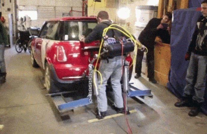 Esoscheletro tech fatto in casa per sollevare automobili