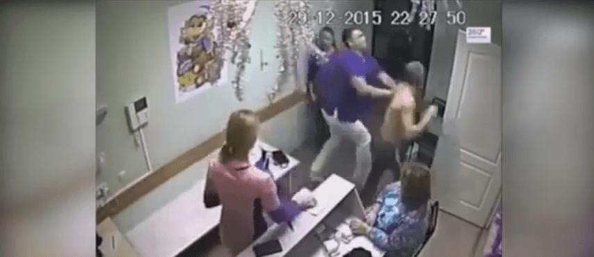 Medico picchia paziente