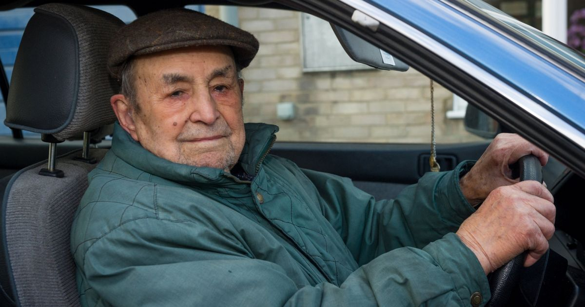 Ha 103 anni l'uomo più anziano al volante, ma a destra
