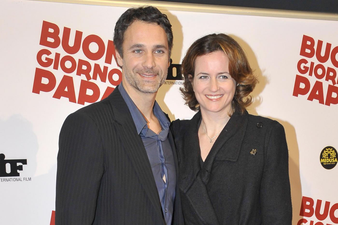 Raoul Bova e Chiara Giordano fanno pace: sorrisi tra i due all'uscita del Tribunale