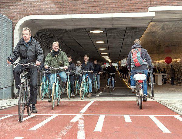Olanda, tunnel ciclopedonale alla stazione di Amsterdam: l'ultima rivoluzione green