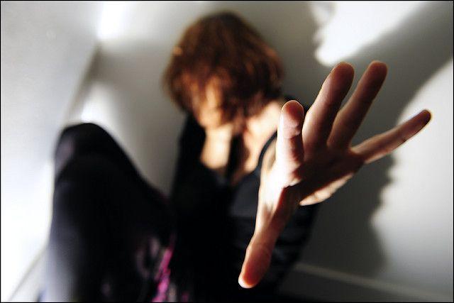 Stupra la fidanzata ripetutamente e la costringe a prostituirsi: accade a Roma