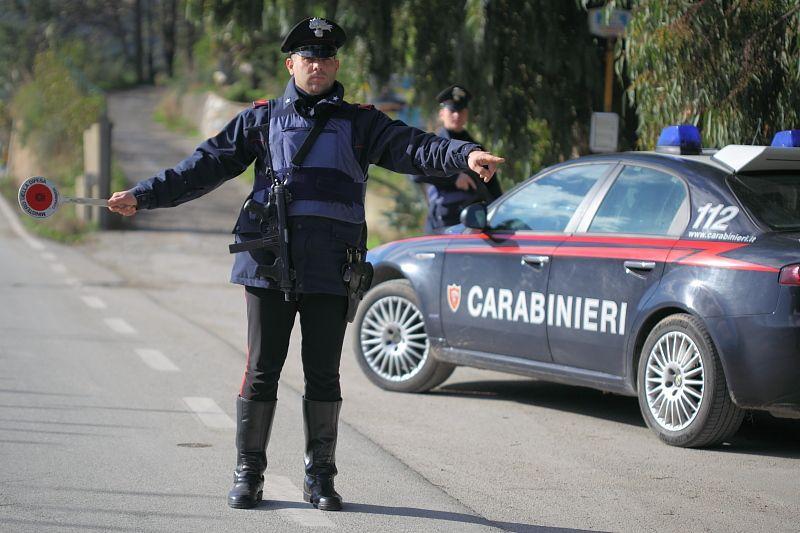 Carabiniere in vestito da auto in retro