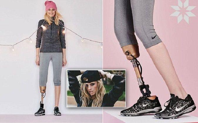 Le amputarono la gamba per un assorbente, torna a sfilare con la protesi d'oro
