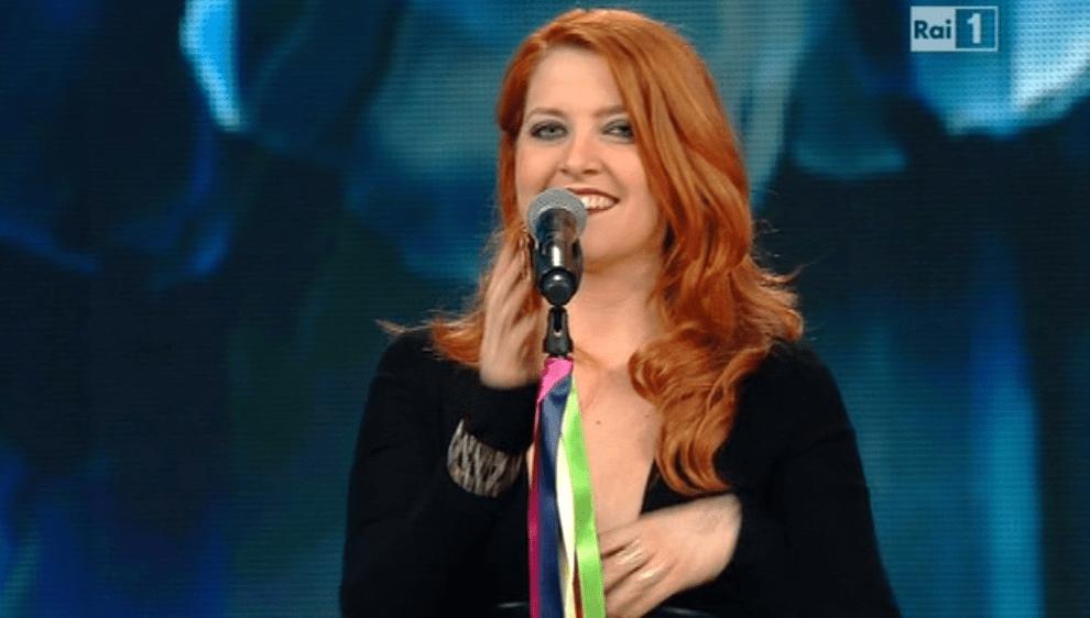 Sanremo 2016 è gay-friendly: i cantanti portano nastri arcobaleno sul palco