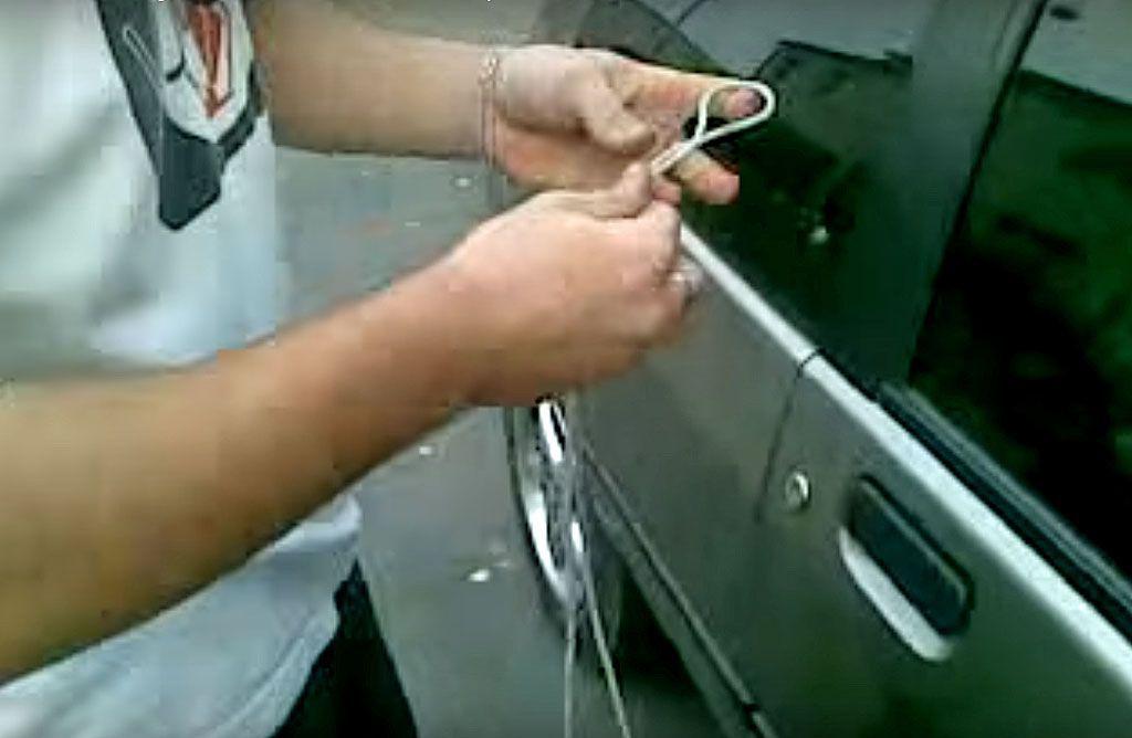 Come aprire l'auto senza chiavi: il trucco della corda usato dai ladri