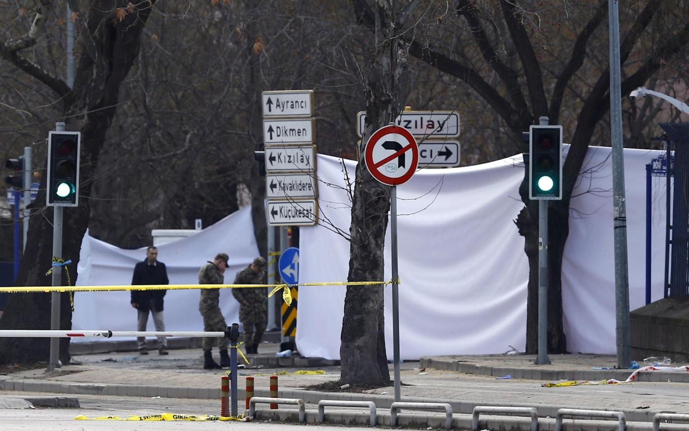 Attentato Ankara, autobomba contro convoglio di militari