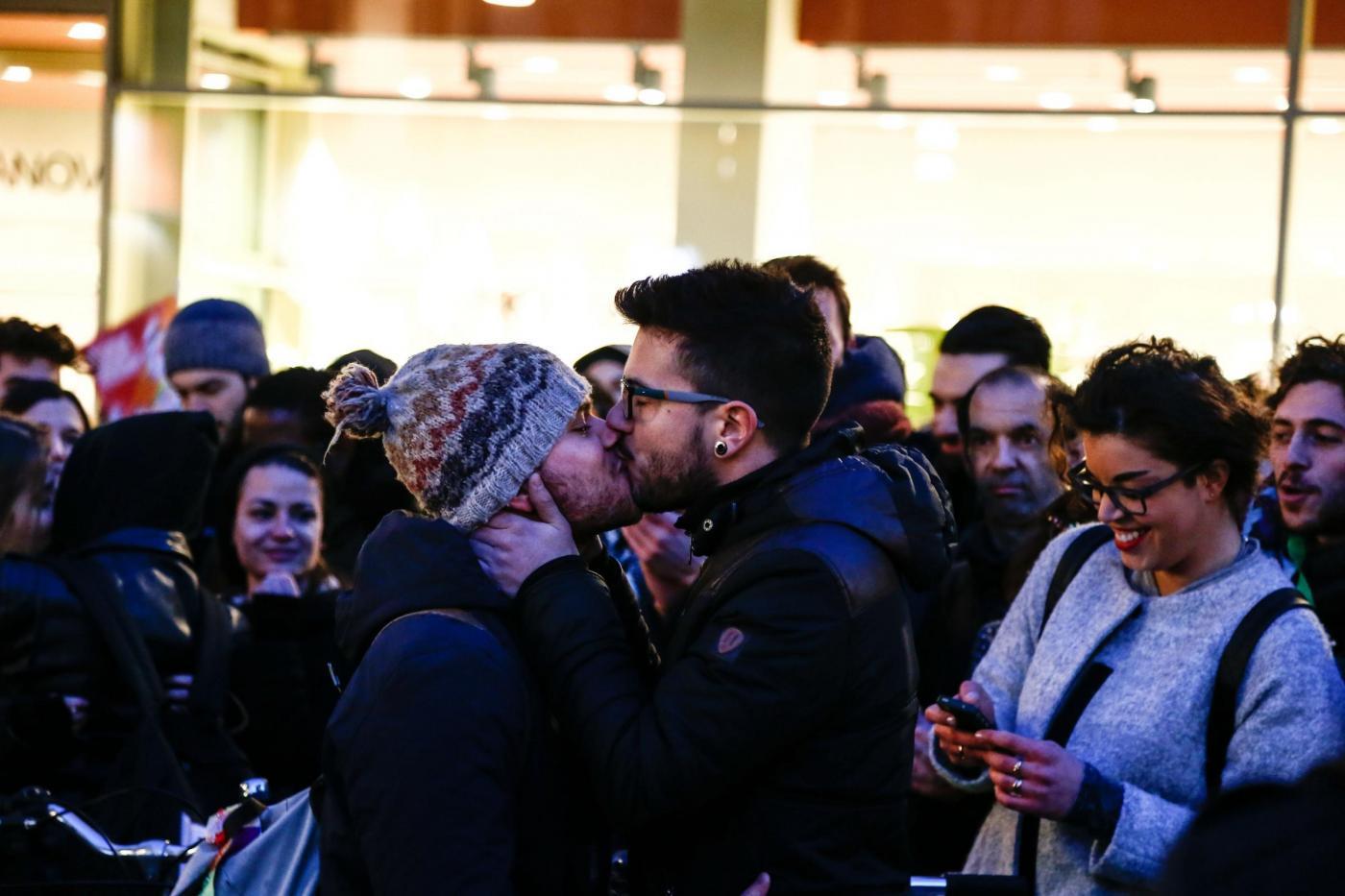 """Unioni civili, contro manifestazione delle """"Sentinelle in piedi"""" a Torino"""