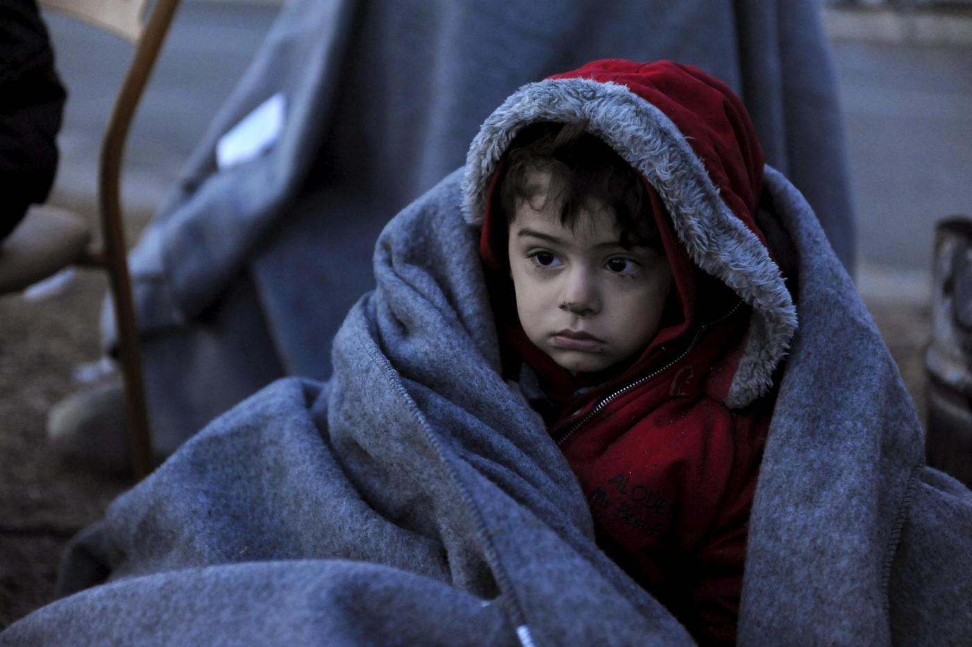 Migranti aspettano di attraversare il confine con la Macedonia