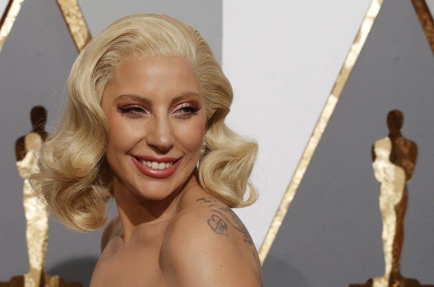 Lady Gaga agli Oscar 2016 canta Til it Happens to You per le vittime di stupro