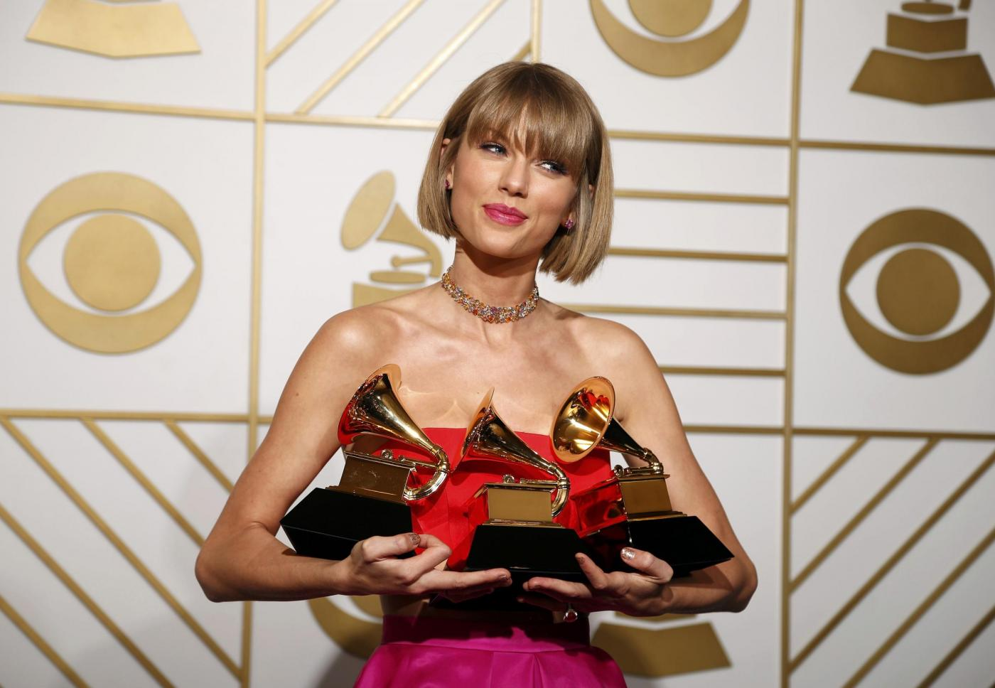 Grammy Awards 2016, i vincitori: Taylor Swift fa tris, Lady Gaga omaggia David Bowie