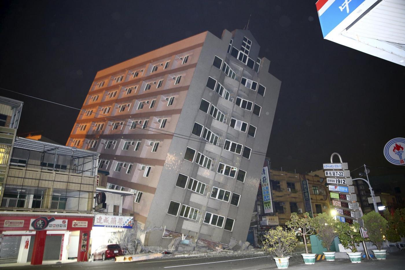 Violento terremoto in Taiwan, crollano palazzi