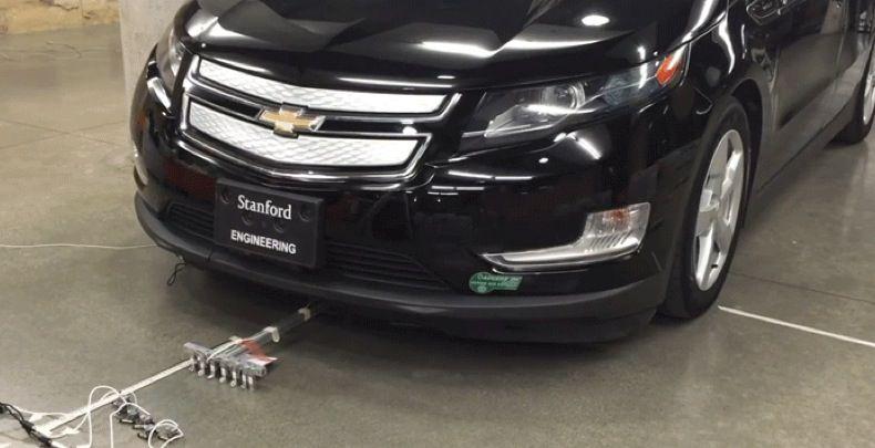 Mini robot da 100 grammi trainano un'auto da 2 tonnellate