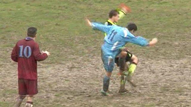 Tremendo calcione all'arbitro dopo l'espulsione da parte del giocatore dilettante