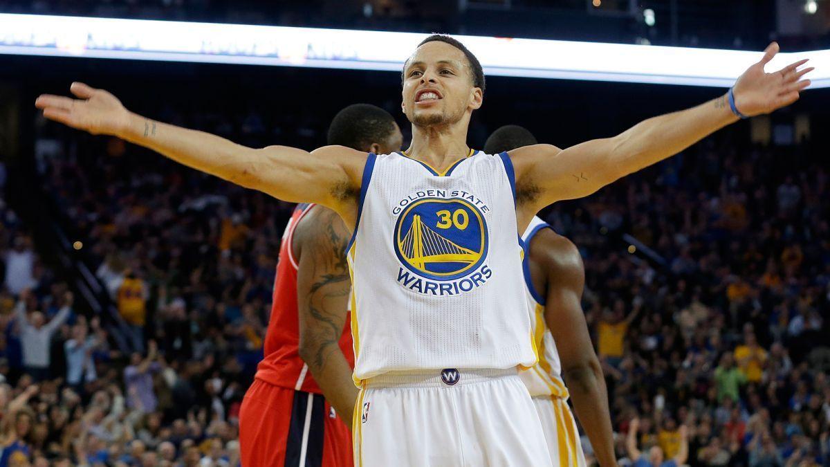 Super Steph Curry: record delle 300 triple con un tiro da centrocampo