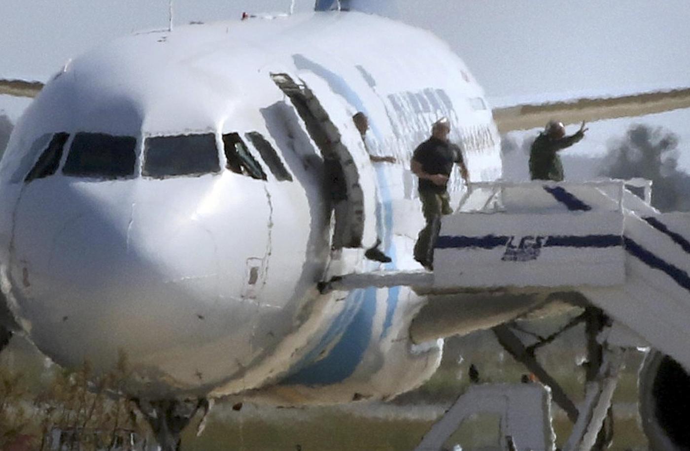 Selfie col dirottatore dell'aereo egiziano: è polemica