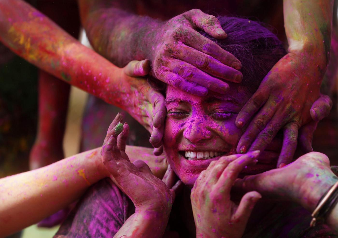 India festeggiamenti colorati durante Holi festival
