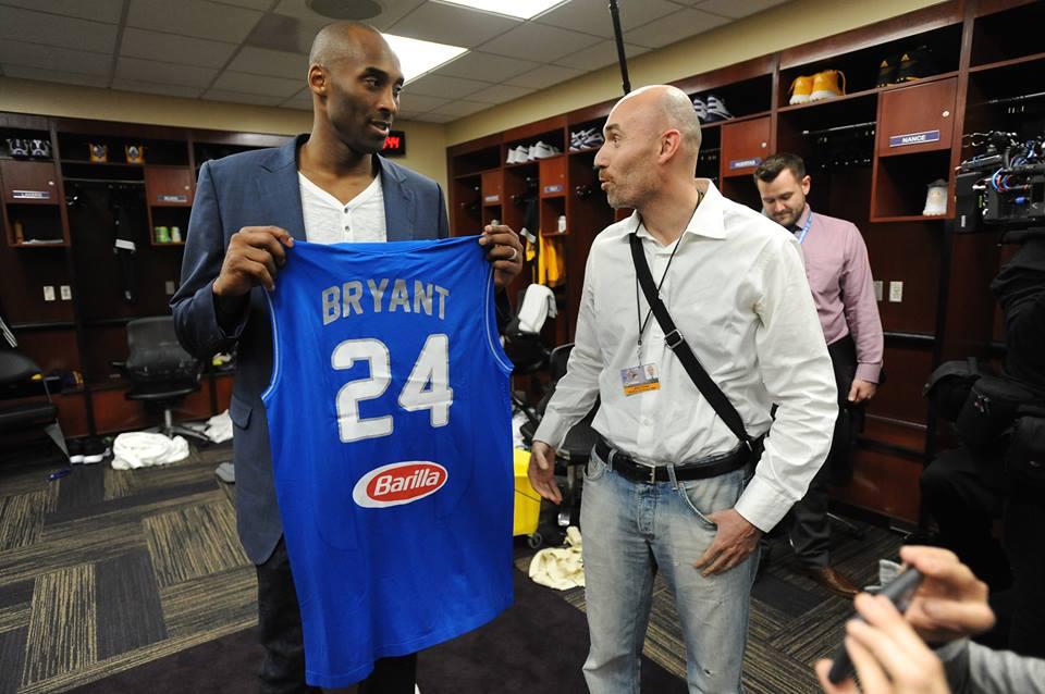 Kobe riceve la maglia della Nazionale Italiana di Basket