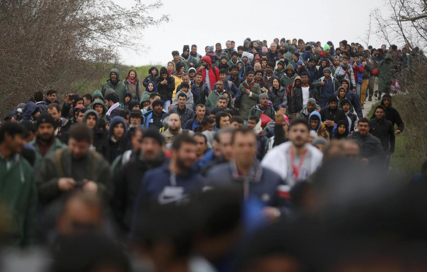 Idomeni migranti tra i campi tentano di attraversare il confine tra Grecia e Macedonia