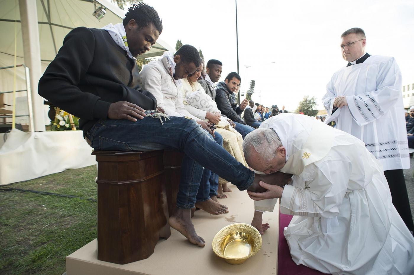 Papa Francesco celebra il rito della 'lavanda dei piedi' in un Centro di Accoglienza