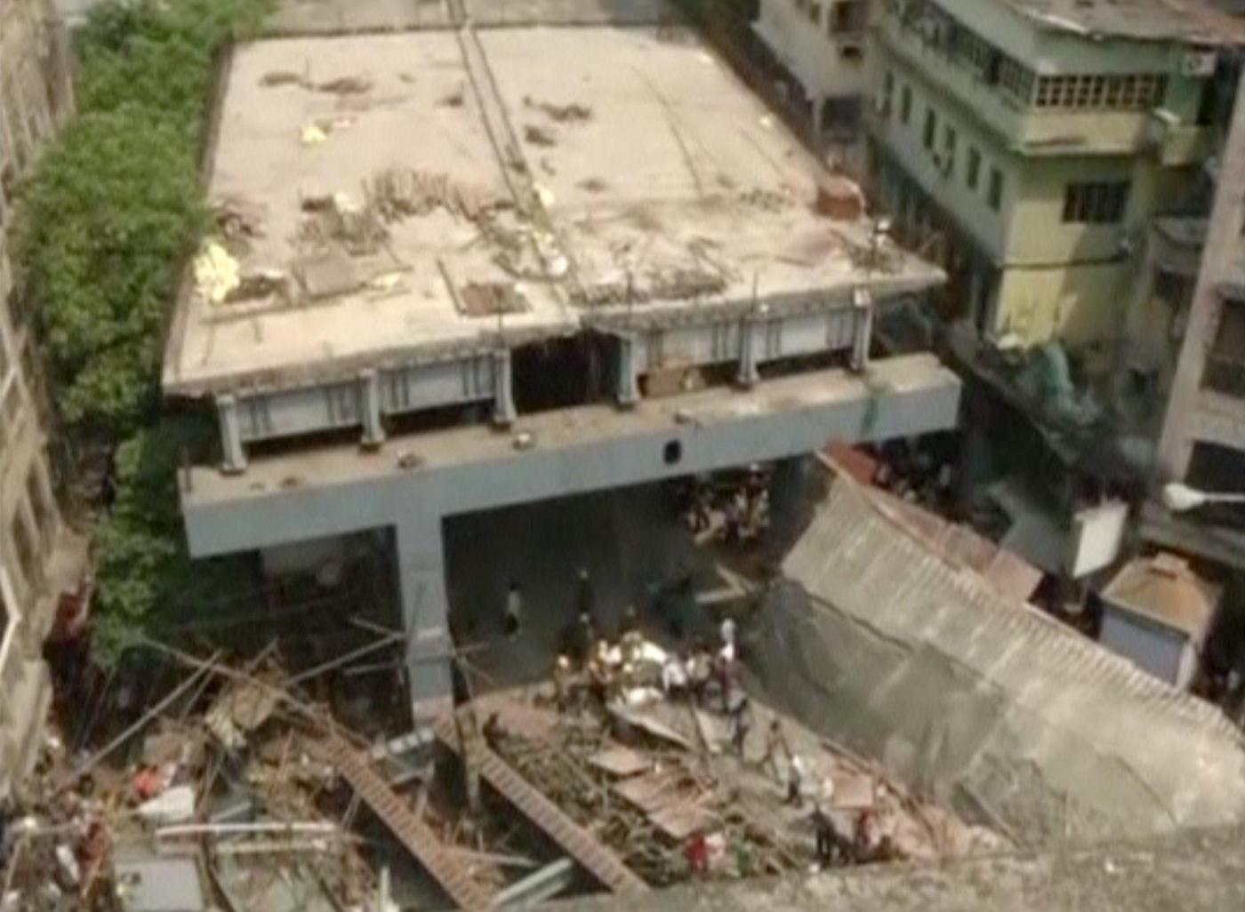 India, crolla un cavalcavia in costruzione