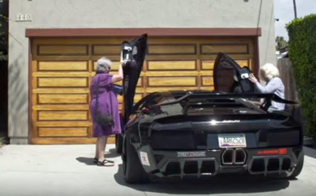 Video divertenti auto: due nonne sulla Lamborghini