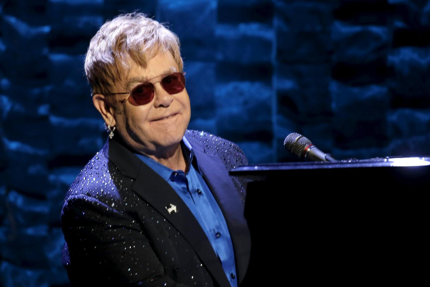 Elton John accusato di molestie