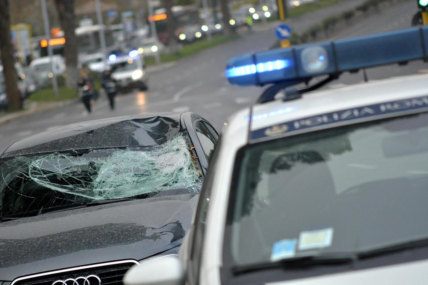 Ciclista travolto e ucciso da un'auto su via Cristoforo Colombo