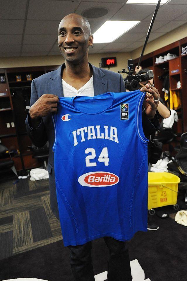 Kobe Bryant con la maglia azzurra