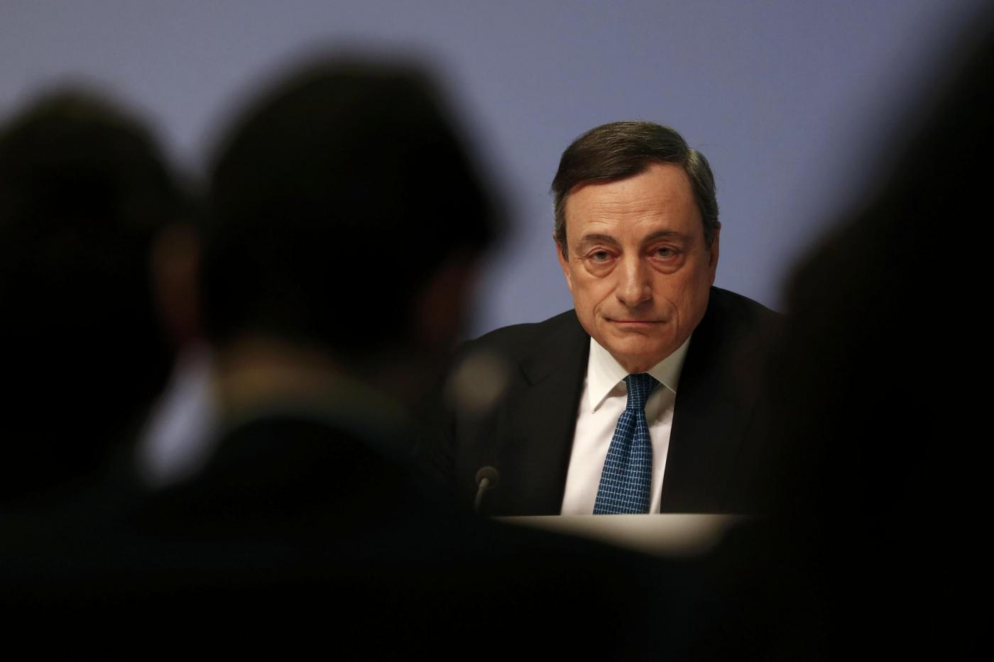 La Bce taglia a sorpresa i tassi allo 0.0%, Borse in altalena: cosa significa la decisione di Mario Draghi