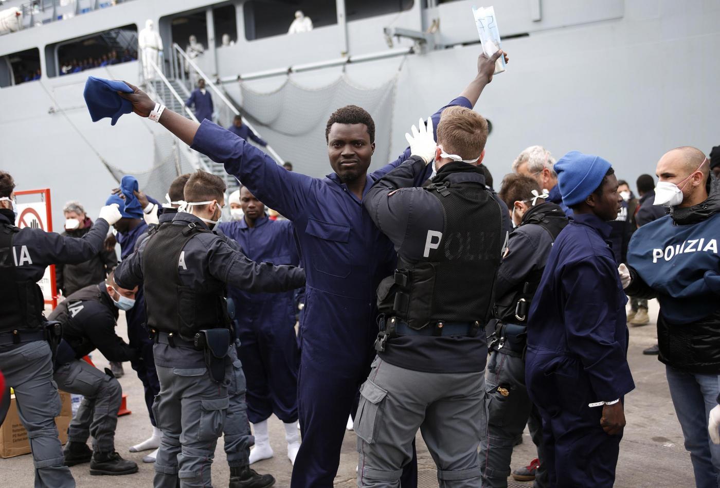 Migranti, prelievo delle impronte digitali con la forza: al via la norma del governo