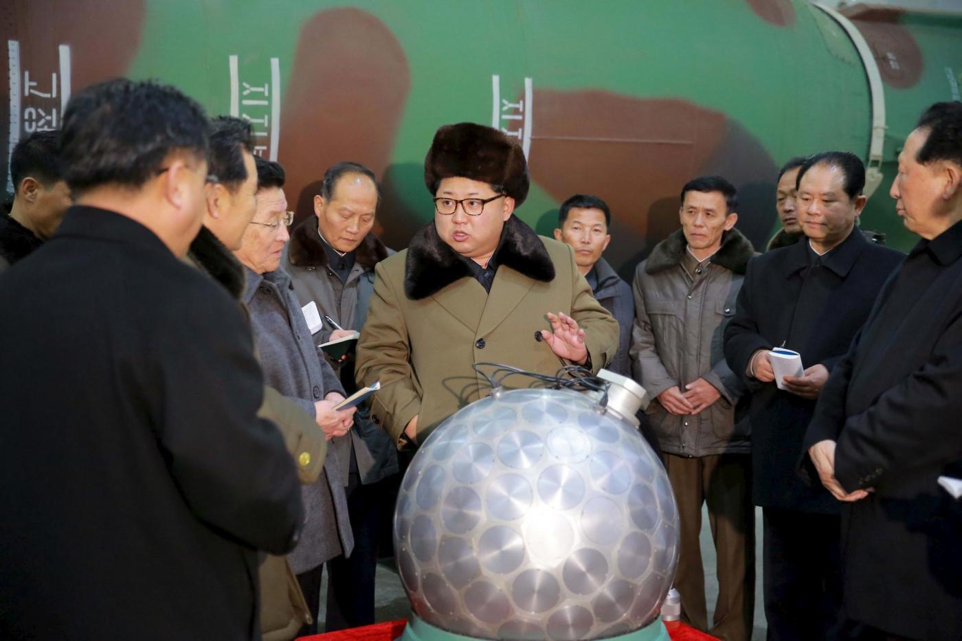 Nord Corea, Kim Jong un si fa fotografare con la mini bomba atomica