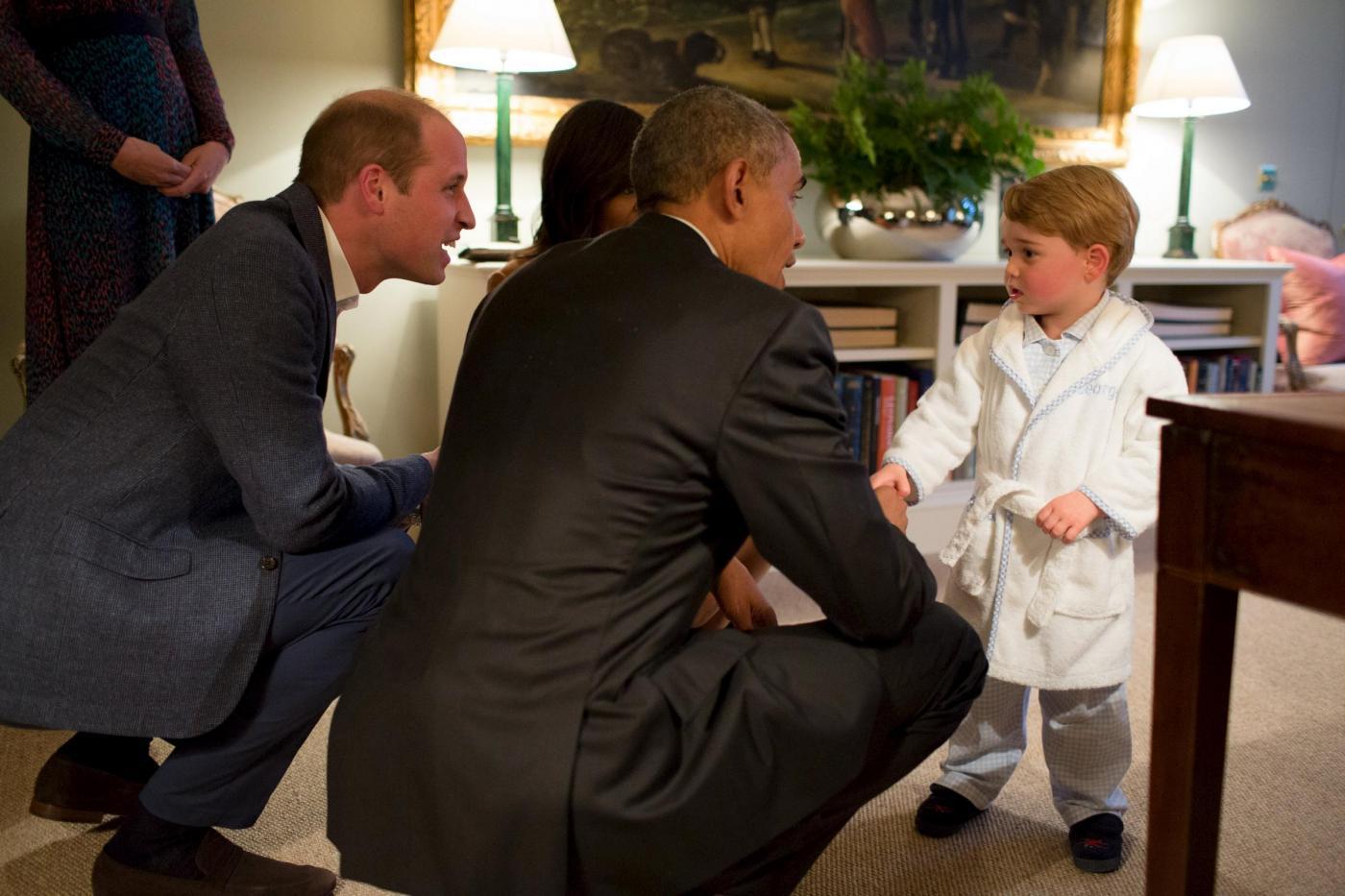 Barack Obama e Michelle accolti da Baby George a Kensington Palace con Kate e William