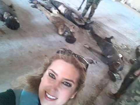 Giornalista siriana si fa un selfie con i cadaveri