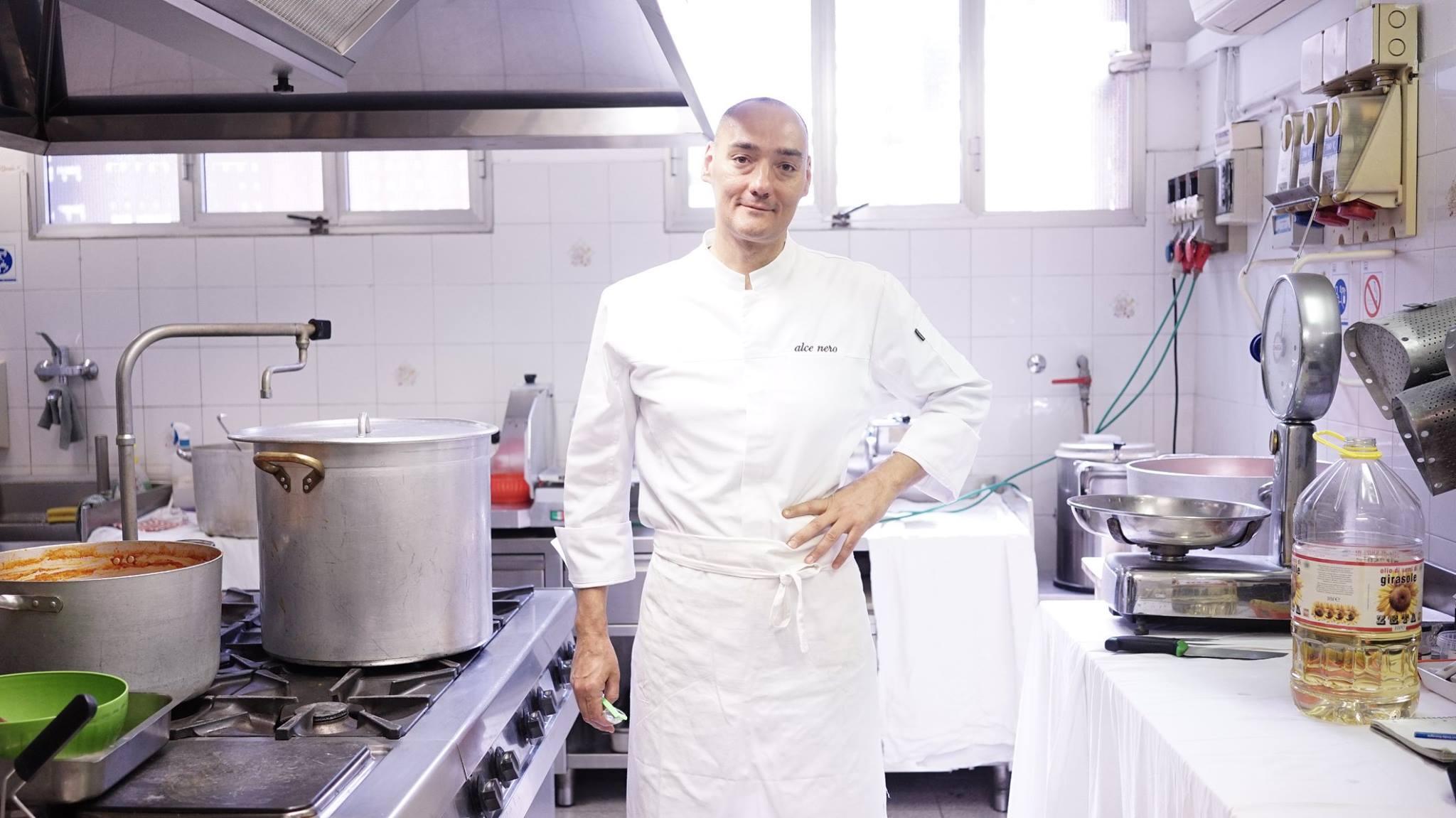 Chef vegano cucina alla mensa dei poveri a Bologna, ma c'è chi si ribella: 'Vogliamo la carne'