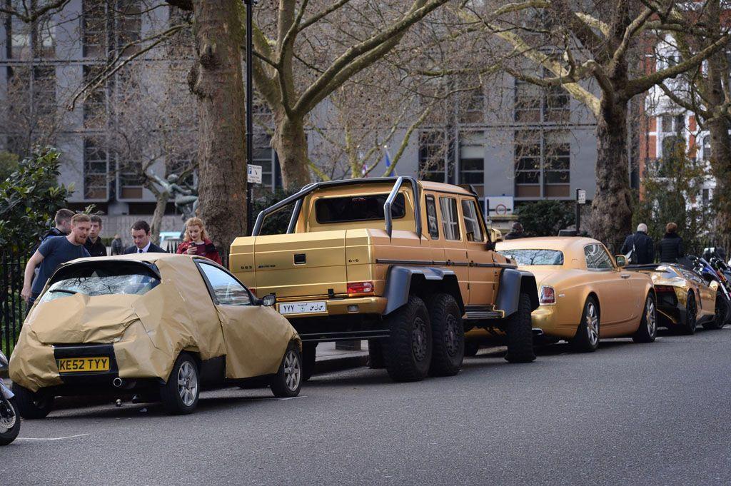 Supercar strane: un convoglio di auto dorate a Londra
